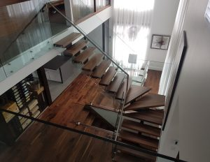 Projet de design intérieur d'une escalier avec vue sur le hall d'entrée effectué fait par Nathalie Rioux designer intérieur au Saguenay-Lac-st-Jean